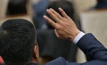 Депутат голосует на заседании Жогорку Кенеша в государственной резиденции Ала-Арча