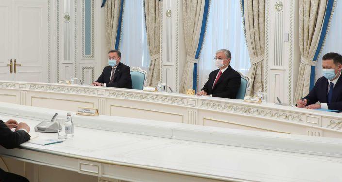 Встреча министра иностранных дел Кыргызской Республики Руслана Казакбаева с президентом Казахстана Касым-Жомарт Токаевым в рамках рабочего визита в город Нур-Султан. 30 октября 2020 года