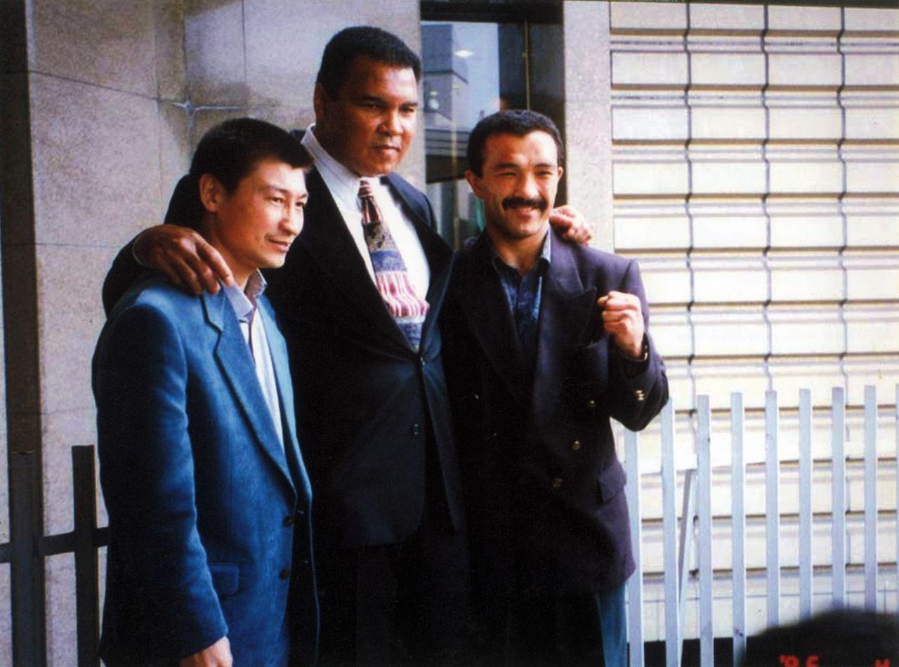 Абсолютный чемпион мира по боксу из США Мухаммед Али и кыргызстанский семикратный чемпион мира Орзубек Назаров. 1996 год Токио