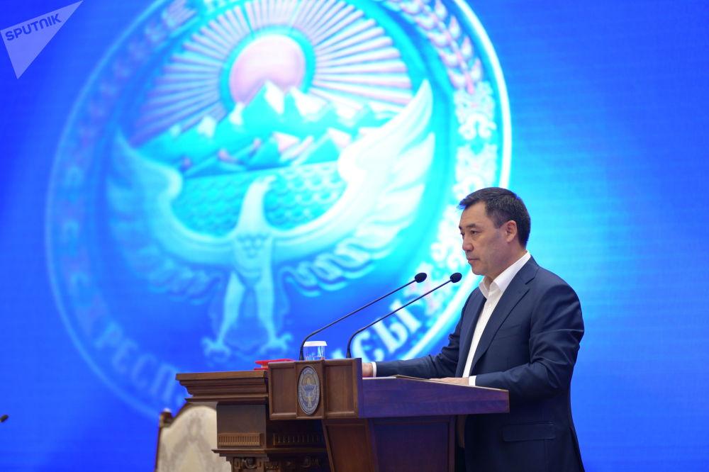 Премьер-министр Садыр Жапаров ант берип жаткан учуру. Ал учурда 52 жашта
