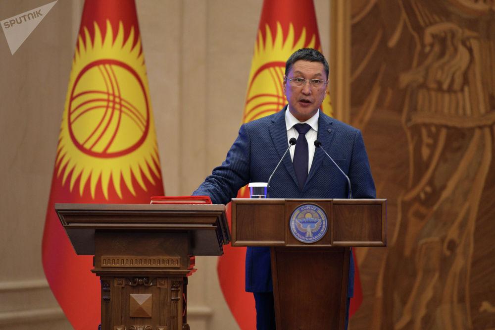 Өзгөчө кырдаалдар министри Бообек Ажикеев антын берди