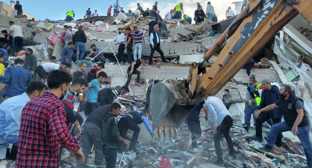 Местные жители и официальные лица ищут выживших в обрушившемся здании после сильного землетрясения в Эгейском море в пятницу, которое ощущалось как в Греции, так и в Турции, где обрушились некоторые здания в прибрежной провинции Измир, Турция, 30 октября 2020 года