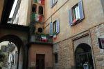 Флаги Италии, вывешенные с балконов жилых домов в одном из городов Италии. Архивное фото