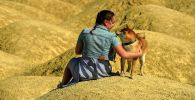 Девушка с собакой во время отдыха на природе. Архивное фото
