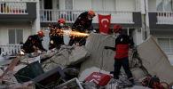 Спасательные работы проходят на месте после землетрясения в Эгейском море, в прибрежной провинции Измир