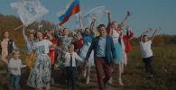 Жители деревни Ройка Нижегородской области России сняли клип по мотивам популярного мюзикла Ла-Ла-Ленд с призывом к властям построить дорогу.