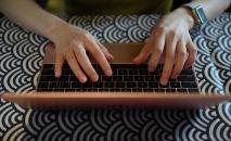 Девушка работает на ноутбуке. Архивное фото