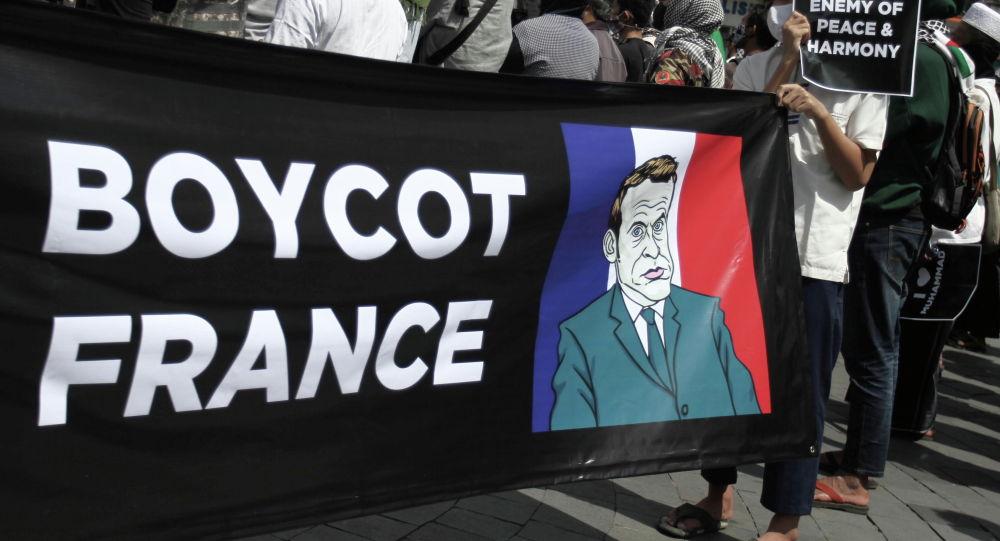 Участники акции протеста против политки Эммануэля Макрона в Джакарте, Индонезия. 30 октября 2020 года