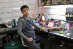 Владелец центра ремонта обуви Хабибулло Азизулло уулу в своей мастерской