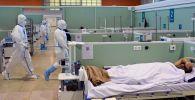 Медицинские работники во временном госпитале COVID-19 в Москве. Архивное фото