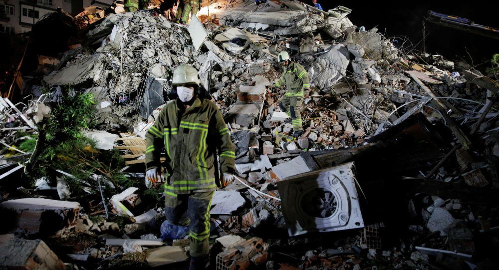 Спасатели разбирают завалы разрушенного из-за сильного землетрясение дома в городе Измир, Турция. 30 октября 2020 года