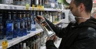 Мужчина выбирает алкоголь в одном из супермаркетов. Архивное фото
