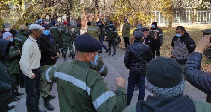 Митинг работников ОАО Северэлектро у дома правительства в Бишкеке. 02 ноября 2020 года