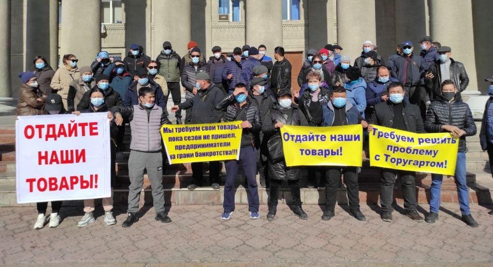 Бишкек өкмөт үйүнүн алдында үчүнчү митинг башталды. Ага Дордой базарынын сатуучулары чыкты