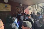 У здания правительства идет митинг продавцов рынка Дордой