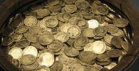Бочка с золотыми монетами. Архивное фото