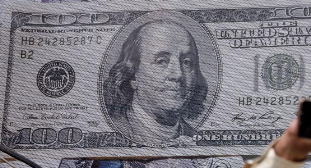 Плакат с изображением сто долларовой купюры. Архивное фото