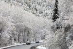 Автомобили едут по автотрассе после снегопада. Архивное фото