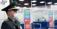 Сотрудник пограничной службы Казахстана в аэропорту Алматы. Архивное фото