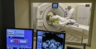 Медицинский работник готовит пациента к компьютерной томографии. Архивное фото