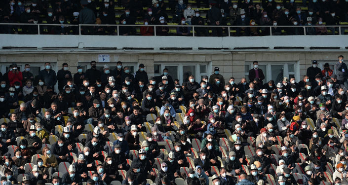 Жители Ошской области во время встречи с исполняющим обязанности президента Кыргызстана Садыром Жапаровым