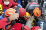 Плач девочки услышал один из спасателей. Он попросил коллег выключить всю аппаратуру, после чего громко спросил, как ее зовут.