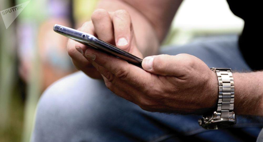 Мужчина со смартфоном в руке. Иллюстративное фото