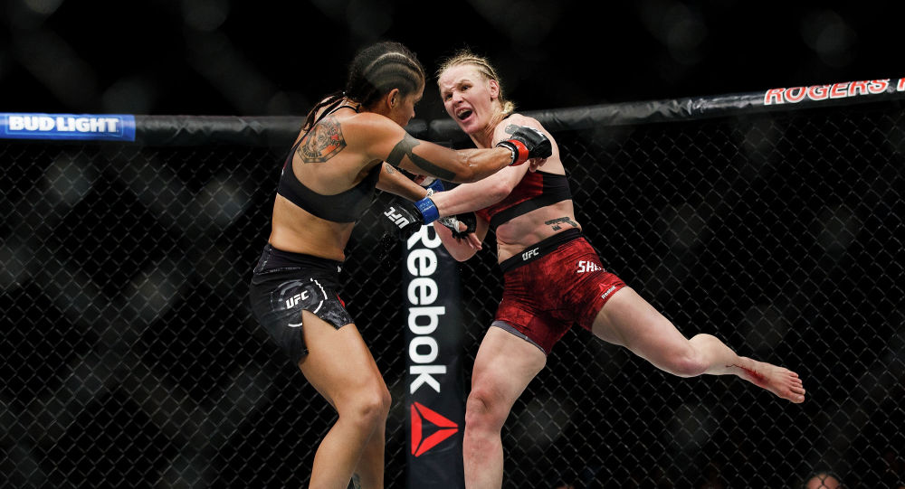 Аманда Нуньес (слева) бьется с Валентиной Шевченко во время UFC 215 на Rogers Place в Эдмонтоне, Канада. 9 сентября 2017 года