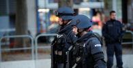 Венадагы атышуудан кийин полиция кызматкерлери бара жатат