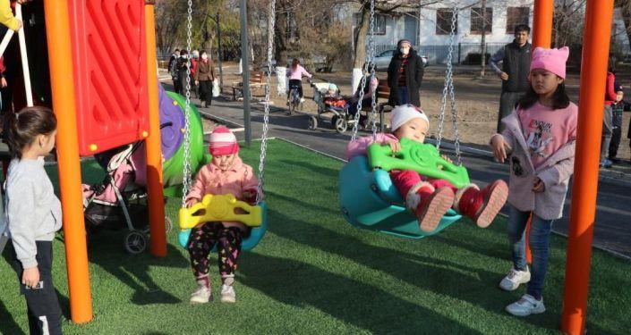 Дети играются в новом сквере на улице Алтымышева в Бишкеке