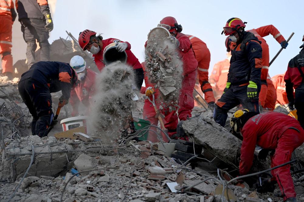 Поисково-спасательные группы ищут людей среди руин обрушившегося здания 1 ноября 2020