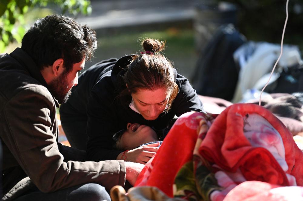 Женщину успокаивают после известия, что ее родители погибли
