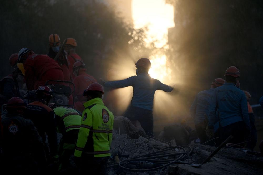 По последним данным, погибли 114, пострадали более тысячи человек. Были разрушены около 20 зданий.