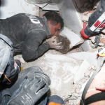 Спустя 91 час после сильного землетрясения из-под завалов спасли четырехлетнюю Айду Гезгин. На фото спасатель Нусрет Аксой извелкает девочку из-под обломков здания.