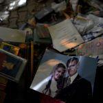 На этом снимке запечатлены семейные фотографии, найденные 2 ноября поисково-спасательными группами на месте обрушившегося здания в Измире