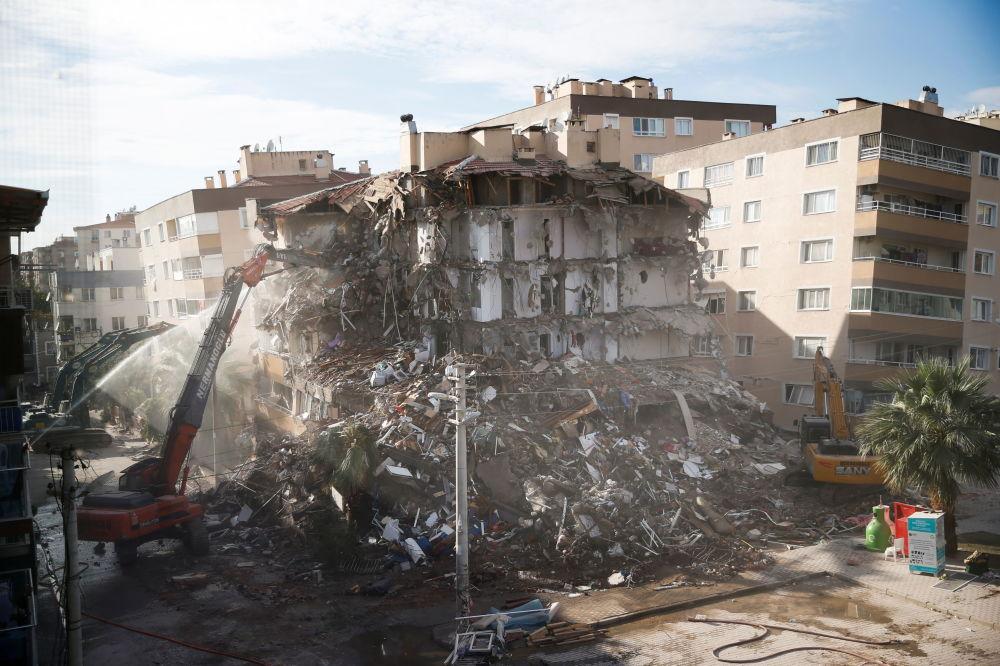 Поврежденное в ходе землетрясения здание в прибрежной зоне Измира сносят. 2 ноября 2020 года.
