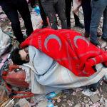 Выживший в землетрясении человек накрыт одеялом. Снимок сделан 1 ноября.