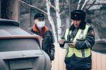 Сотрудник госавтоинспекции проверяет у водителя документы в Нур-Султане. Архивное фото