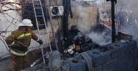 Сотрудники МЧС на месте пожара в частном доме в Ясенском переулке Октябрьского района Бишкека