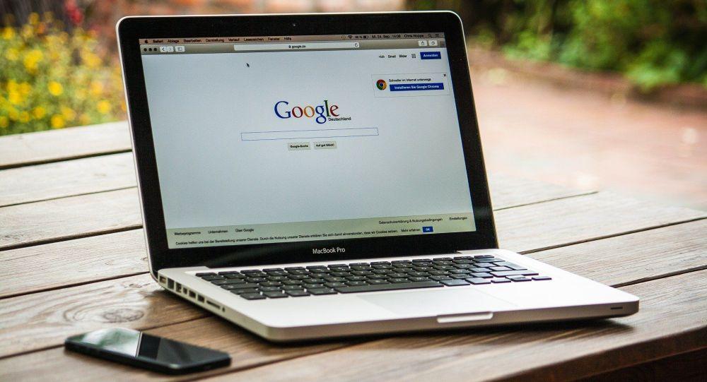 Ноутбук с открытой страничкой Google. Архивное фото