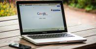 Ноутбук с открытой страничкой поисковой системы Google. Архивное фото
