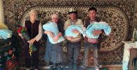 Родители тройни мальчиков, родившиеся в Бишкеке. Новорожденных назвали Жапар, Садыр и Нуркожо
