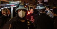 Полицейские стоят рядом с задержанными демонстрантами возле парка Вашингтон-сквер на следующий день после дня выборов на Манхэттене, Нью-Йорк