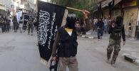 Аль-Каиданын желегин кармаган согушкер. Архив