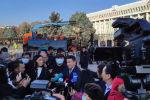 Мы ведем прямую трансляцию из центра Бишкека, где начался демонтаж ограждения вокруг Жогорку Кенеша, которое установили более 20 лет назад. Сносом занимаются сотрудники МП Тазалык.