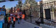 Сотрудники МП Тазалык во время демонтажа забора вокруг здания Жогорку Кенеша