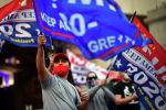 Сторонники президента США Дональда Трампа проводят демонстрацию у Филадельфийского конференц-центра, штат Пенсильвания (США). 05 ноября 2020 года