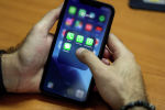 Мужчина использует свой смартфон для доступа к приложению WhatsApp. Архивное фото