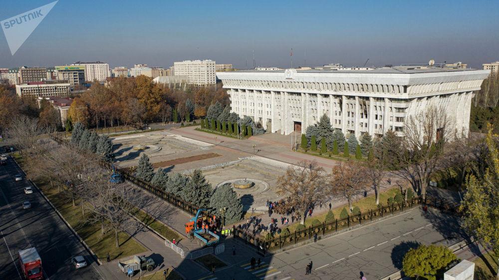 Белый дом построили в 1985 году для Центрального комитета Коммунистической партии Киргизской ССР