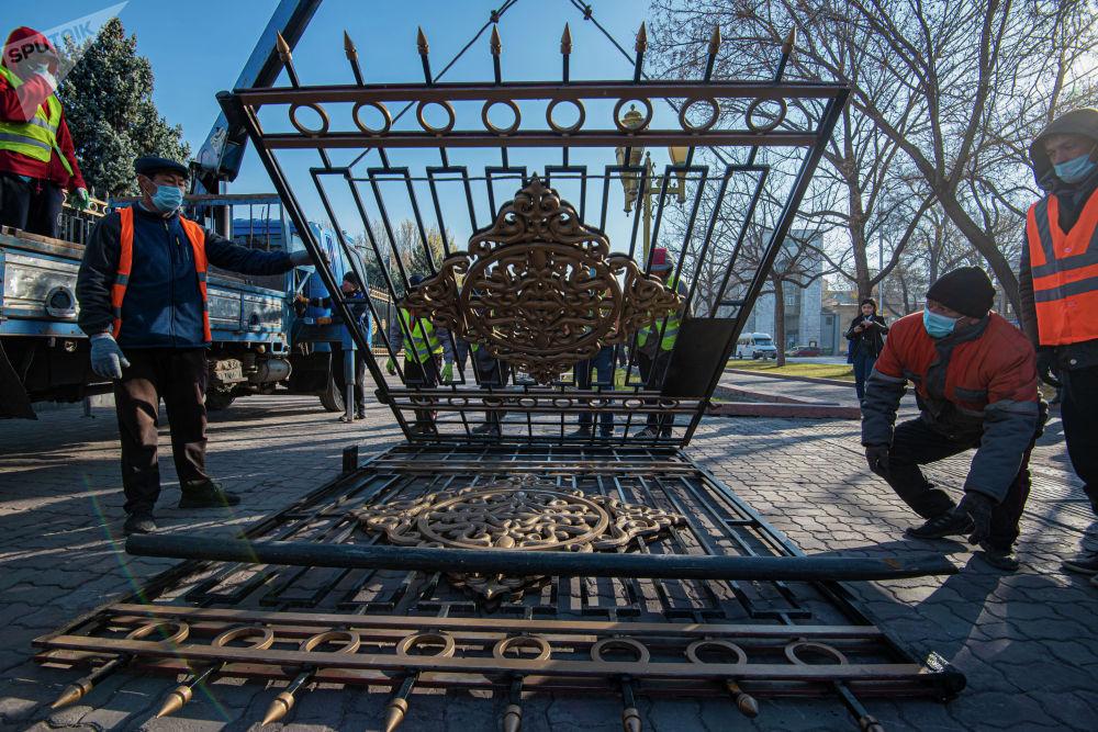 Балбак Тулобаев сообщил, что пока ограждение будет храниться на складе мэрии